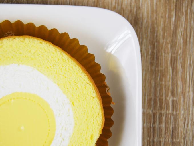 お皿に移した「まんまるプリンのロールケーキ」のアップ画像