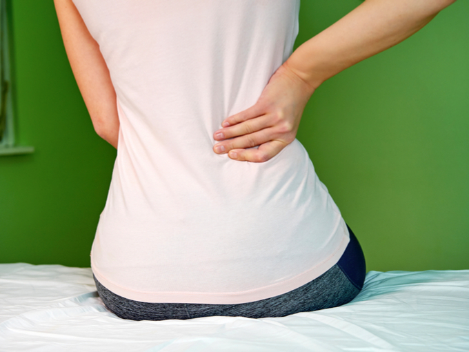 腰痛を感じる女性