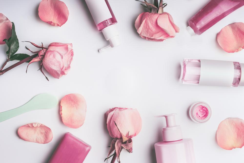 ピンクのバラとコスメボトル