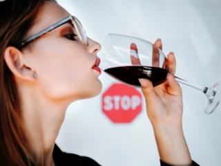 女性がグラスワインを飲んでいる画像