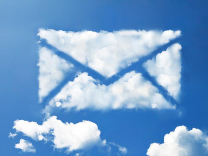 空に浮かぶ手紙型の雲