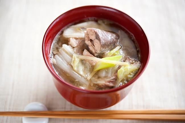 話題の食材を使った濃厚な味わい「サバ缶と白菜の味噌汁」