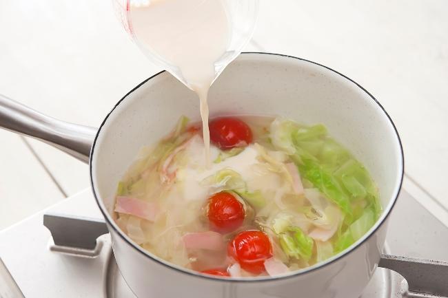 鍋に豆乳を入れている写真