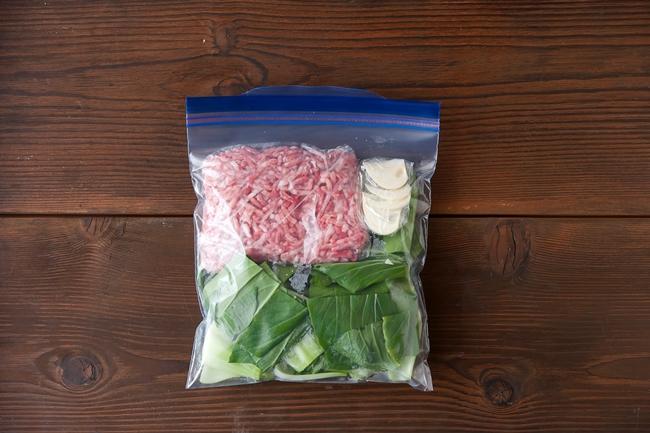 袋に入ったひき肉味噌汁セット