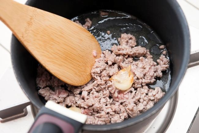 ひき肉を炒めている写真