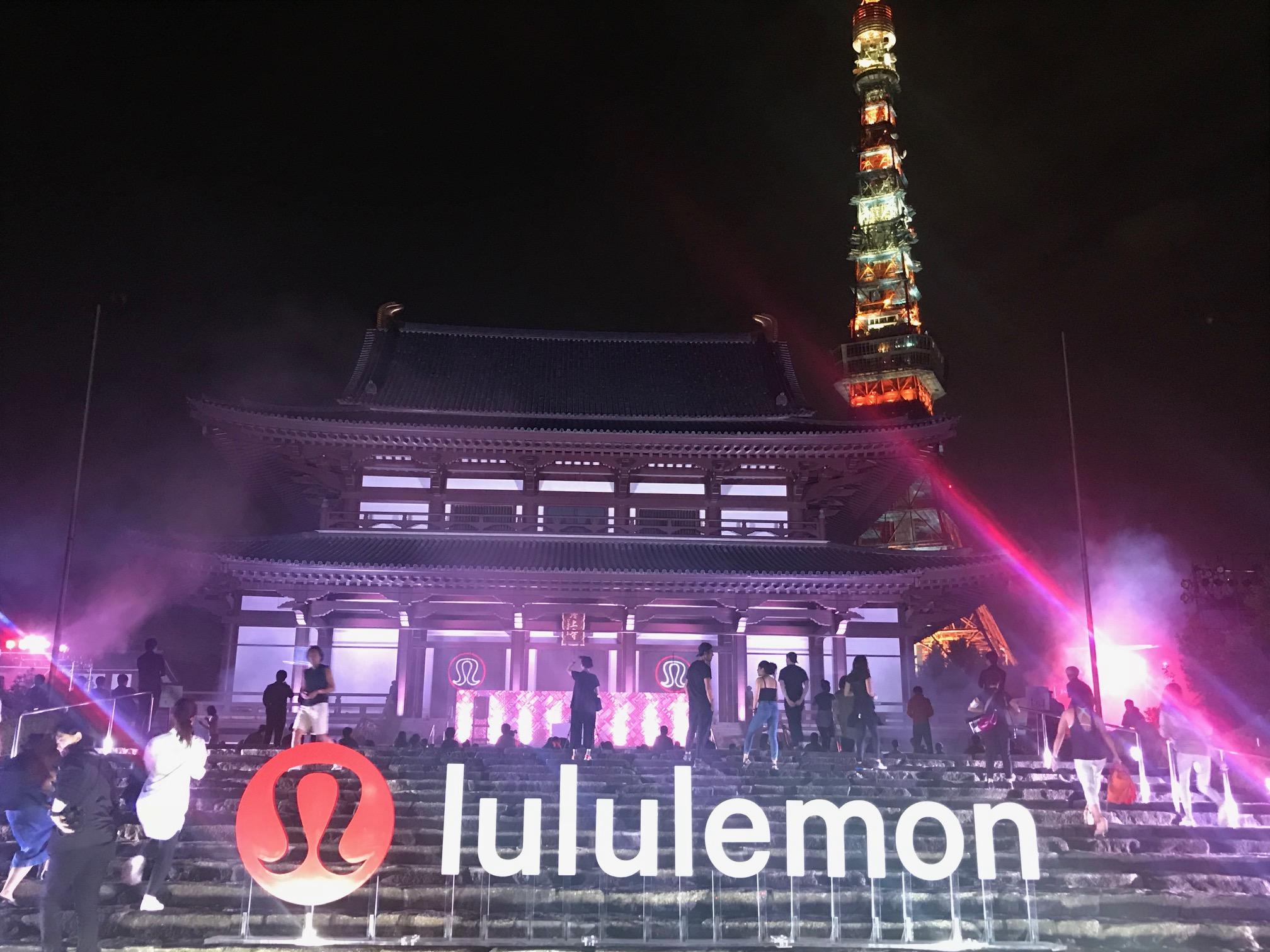 増上寺ヨガの入り口のルルレモン