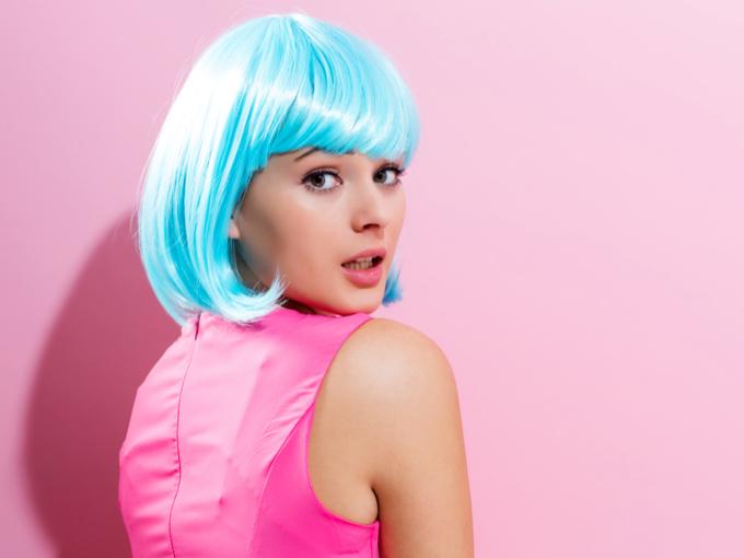 派手な髪色の女性