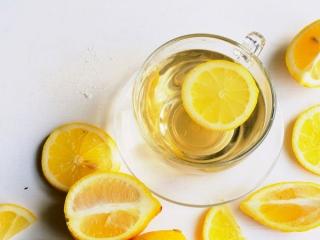 お湯に入ったレモン
