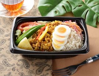 公式サイトで掲載された「キーマカレーホットサラダ」の画像