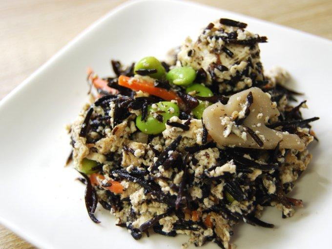 お皿に移した「6種具材のお豆腐とひじきの煮物」のアップ画像