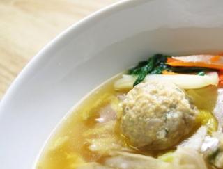 れんこんと鶏軟骨の鶏団子が病みつきに!「1/2日分の野菜!だし香る鶏団子鍋」がセブンに登場