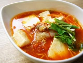 あっさりとした辛みがクセになる! 豆腐にたっぷりのうま味が染み込んだファミマの「スンドゥブチゲ」