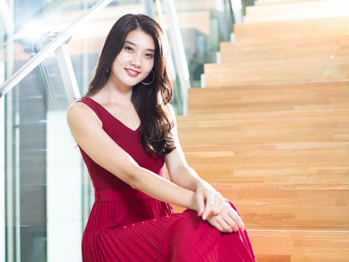 赤いドレスで笑顔の小田さん