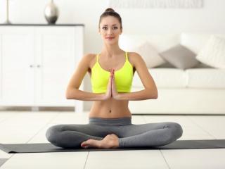 瞑想している女性の画像