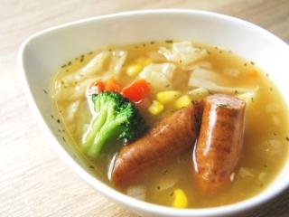 お皿に移した「野菜とウインナーのコンソメポトフ」のアップ画像
