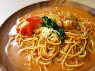 お皿に移した「1/2日分野菜 トマトクリームのスープパスタ」のアップ画像