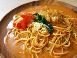 セブンの新作「1/2日分野菜トマトクリームのスープパスタ」は、とろっとしたチーズがなんとも贅沢!
