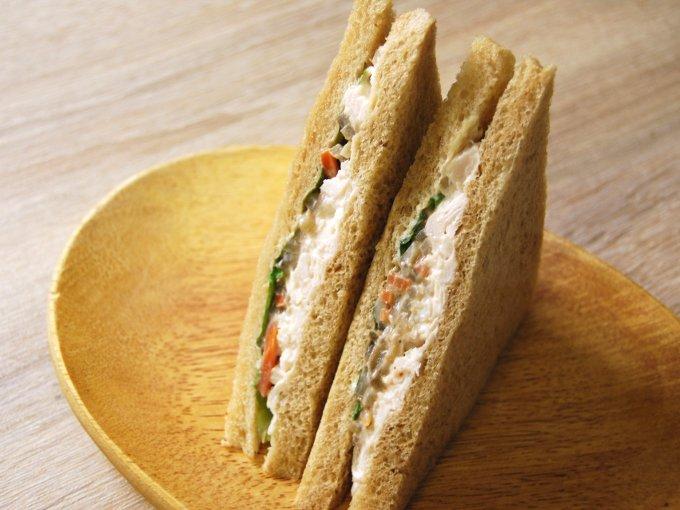 お皿に移した「全粒粉サンド 蒸し鶏と根菜のサラダ」のアップ画像