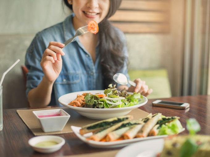 食事をとる女性の画像