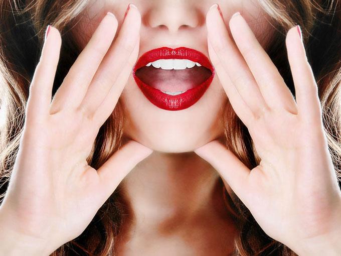 女性の口もとの画像
