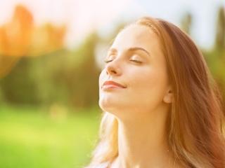 深呼吸している女性の画像
