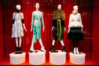 色々な服を着た4体のマネキンの画像