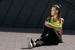 トレーニングウェアを着ている女性の画像