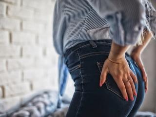 デニムを履いた女性の腰の画像