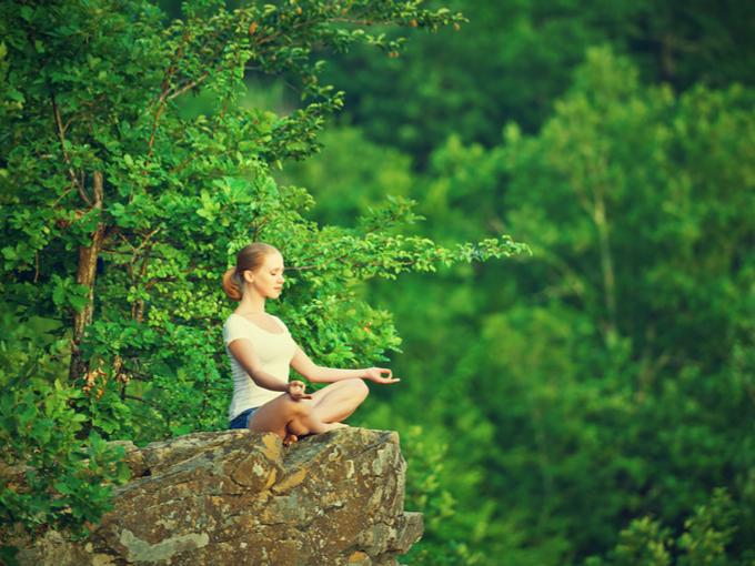 森の中で瞑想している女性の画像