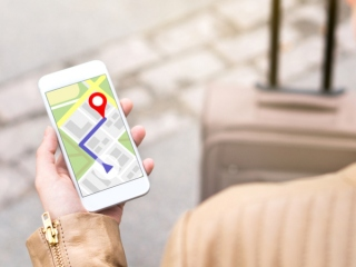 地図アプリを見る女性