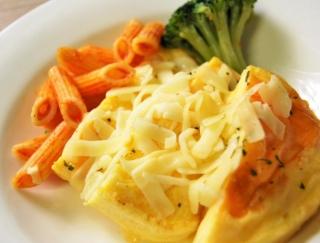ファミマからチェダー、モザレラ、ゴーダを贅沢に使用した「チーズオムレツ」が新登場