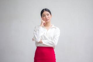白いYシャツを着た女性の画像