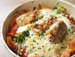 ファミマの新作!にんにくの香りが食欲を刺激する「チキンとトマトソースのグラタン」