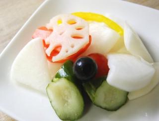 野菜たっぷり!セブンの「カップデリ」シリーズにまろやかな酸味が魅力の「7品目のピクルス」が仲間入り
