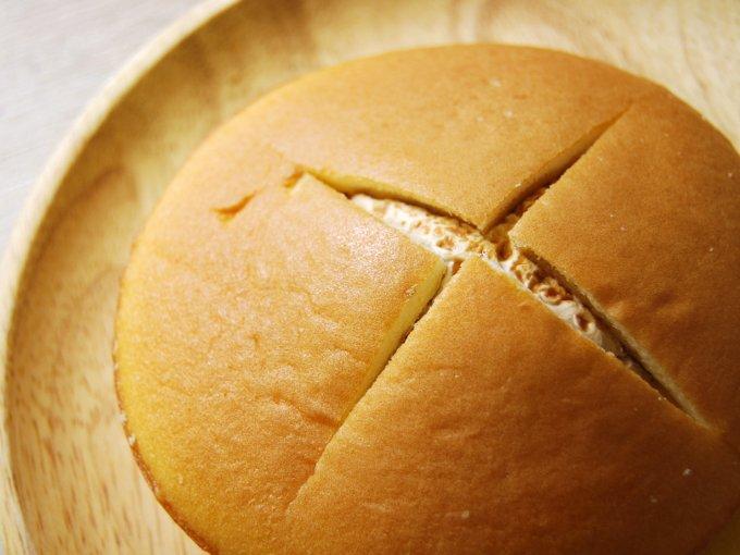 お皿に移した「ダブルクリームサンド(キャラメル&ホイップ)」のアップ画像