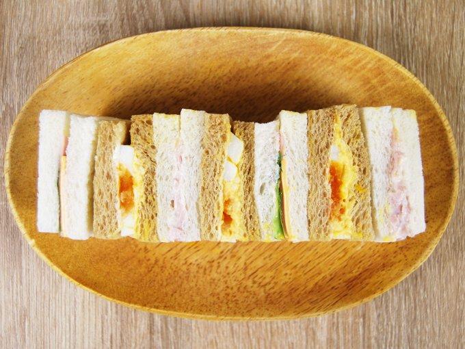 お皿に移した「全粒粉入りパン使用ミックスサンドBOX」の画像