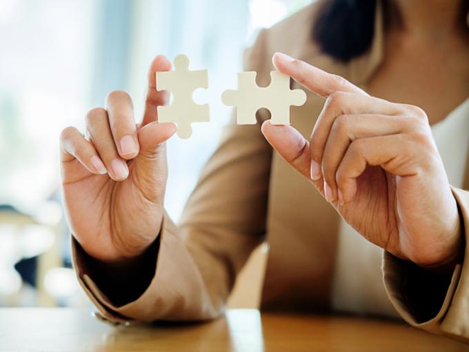 パズルのピースを持つ女性