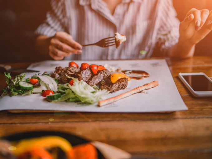 ラム肉を食べる女性の画像
