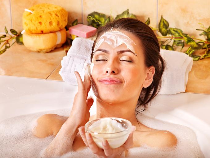 入浴中にパックを顔に塗っている女性
