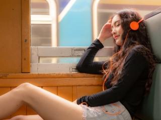 電車で寝ている女性の画像