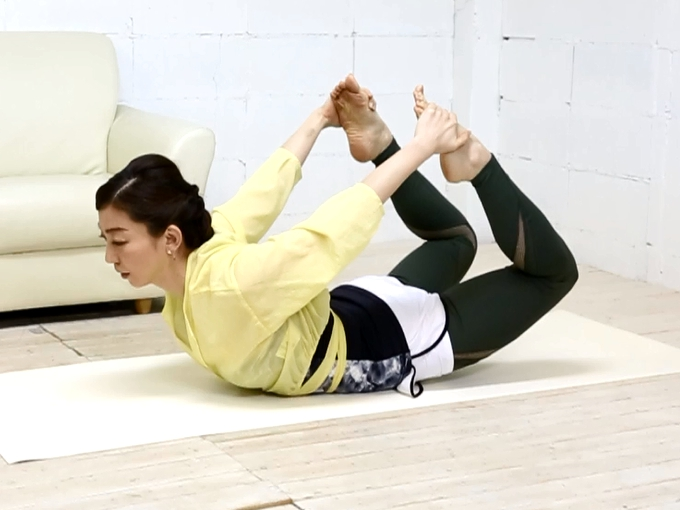 脚やせストレッチ中の和田清香さん