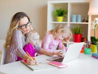 育児に追われる女性の画像