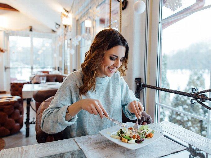 レストランで食事をする女性