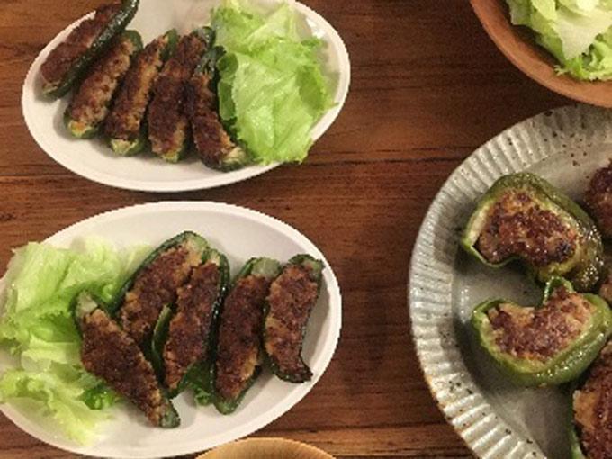 たかきび入りピーマンの肉詰めが食卓に並ぶ