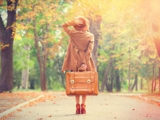 旅行に行く女性の画像