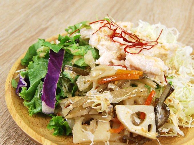 お皿に移した「根菜とサラダチキンのサラダ」のアップ画像
