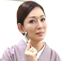 岡江さんがリファで顔をマッサージしている画像