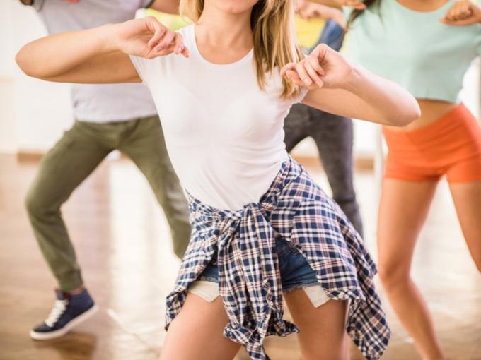 複数でダンスしている女性の画像