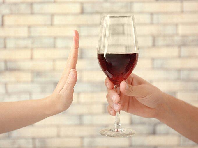 ワインを差し出す手と、それを断る手