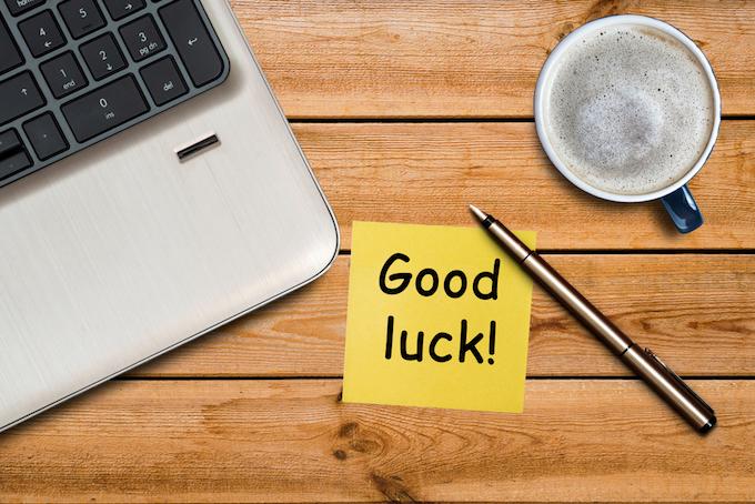 机の上の付箋に「Good luck」とかかれている